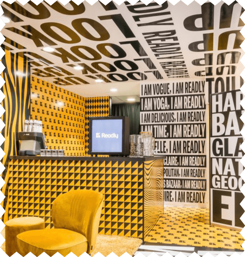 Rum dekorerat med mycket mönster och färger